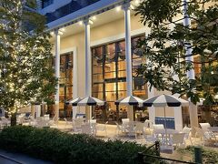 千葉県浦安市舞浜『Disney Ambassador Hotel』1F  『ディズニーアンバサダーホテル』のロビーラウンジ 【ハイピリオン・ラウンジ】のテラス席の写真。  パラソル。  ホテルのロビーに隣接するエレガントなラウンジ。 床から吹き抜けの天井まで延びた大きな窓や壁に金箔を施した ガラス工芸などを配し、ロビーに響くピアノの音色とともに 優雅さを演出します。 昼はやすらぎに満ちたティータイムを、夜は洗練された カクテルタイムをお過ごしください。 ブレックファストは、ブッフェスタイルでの提供となります。  ※「期間限定ケーキセット」「プレミアムスイーツセット」 「ディズニー ツイステッドワンダーランド」スペシャルケーキセット をご利用の方は事前予約(プライオリティ・シーティング)を 承ります。