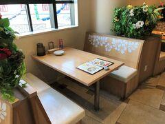 千葉県・舞浜『イクスピアリ』2F【Cafe Kaila】  ハワイアンカフェレストラン【カフェ・カイラ】舞浜店の 店内の写真。  窓際の席に案内されました。