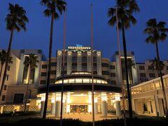 千葉県浦安市舞浜『Disney Ambassador Hotel』1F  『ディズニーアンバサダーホテル』の外観の写真。  正面エントランス側です。ヤシの木もパチリ。