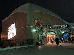 千葉県浦安市舞浜【Bon Voyage】  東京ディズニーリゾートにあるディズニーショップ 【ボン・ヴォヤージュ】のエントランスの写真。  まだ開いていました。写真は出口なので左に曲がったところにある 入り口から入ります。  【ボン・ヴォヤージュ】は予約が必要な日時もあるのでご注意!  2021年9月21日(火)から9月23日(木)までの期間と 2021年10月5日(火)から10月7日(木)までの期間は、 事前来店予約が必要です。