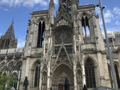 大聖堂の側面です。バス降りてからここまで10分かかりませんでした。この尖塔は19世紀完成したもので、152mあり、フランス国内最高度であります。