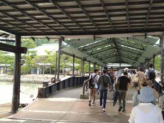 宮島に到着!多くの人で賑わっていました。宮島では厳島神社で結婚式を挙げること、もみじ饅頭手焼き体験などが出来ます。そして、御神衣献上式、春を呼ぶ 宮島清盛まつりなどののイベントも開催されています。(宮島観光協会参照)