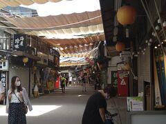 最後は宮島表参道商店街に行きました。宮島表参道商店街は嚴島神社へと続く約350mの商店街で、お土産探しや食べ歩きを楽しむ人々で賑わいます。宮島杓子や宮島彫といった民芸品や土産物店、かきや穴子を使った宮島の名物グルメが味わえる店、もみじ饅頭店などから成り立っています。(ひろしま観光ナビ参照)やがて昭和の高度成長期にこの通りがメインストリートになりました。(廿日市市観光サイト参照)グルメやショッピングを楽しみたいと考えている方はいかがでしょうか。