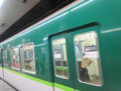 アートツアーが終わったのが11時。 レイトチェックアウト16時とのことで、安心して荷物を置いて大急ぎで京阪電車で伏見稲荷に行きます。 行きは三条駅から帰りは神宮丸太町駅で。リッツは2つの駅の真ん中ですね。 ※ミツイはレイトチェックアウト無し。
