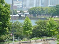 国会議事堂前の道路から桜田門を見ています。  地下鉄ですので、直接は見えませんが、桜田門駅があります。