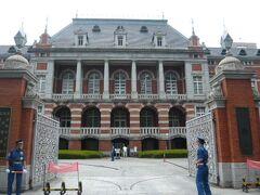 法務省旧本館の建物です。  赤煉瓦の立派な建物です。  明治維新直後以来の伝統のある建物です。