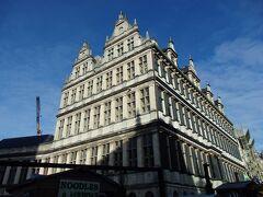 市庁舎前にやってきました。