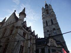 鐘楼と繊維ホールを広場と反対側から見上げて
