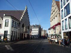 左へ行けばコーレンマルクトですがそのまままっすぐ進みます。  左端に見える階段状の切妻屋根の建物は大肉市場の建物です。あとで中へ入りますのでこれも後程~