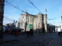 聖ヴェール広場の向かいにフランドル伯の居城がそびえています。  このあと、フランドル伯の居城に入場します。
