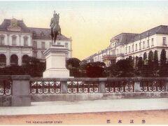 東京名所を紹介する絵葉書に描かれている参謀本部前に置かれている有栖川宮の銅像です。  有栖川宮は、陸軍参謀総長を勤めています。  現在、この銅像は、有栖川宮記念公園に移設されています。