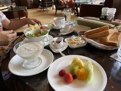 朝食は1階ラウンジバンブーで  こちらも提供方法に試行錯誤中だったようで、料理が全て一遍に提供され、テーブルに乗りきらない状況に。