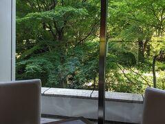 チェックイン時間より早めに到着して、館内の中華レストラン四川でランチ  シェラトン都ホテル東京の庭園を眺めながら。  この時はアルコールも提供されていましたね。