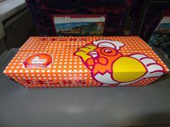 朝食にしましょう。  昭和39年の東海道新幹線誕生と共に誕生した東京駅のロングセラー駅弁/チキン弁当です。 このオレンジ色の箱はお馴染みですね。 昔は二重箱だったそうです。