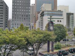 朝のラッシュ時でポートアイランドへ向かう通勤客がホームで待つ三宮8時半に到着です。  ANAが6時台に羽田を出発するのは、東京駅を6時に発車する新幹線「のぞみ1号」よりも早く三宮に到着出来る時間を設定している為なのでしょう。