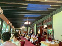 ランチは万平ホテルのレストランでいただきました。 和洋中と選べたので、私たちは洋食をチョイス。 雰囲気抜群の素敵なレストランで、窓際のお席だったので中庭が臨めました。