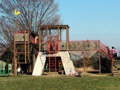 「出羽公園」 広場には滑り台やブランコ、幼児用遊具もあります。