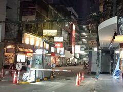 タニヤ通りの横の通り、飲食店は空いているが人通りが無い