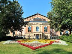 Richard Wagner Festspielhaus(リヒャルト ワーグナー祝祭劇場 / バイロイト祝祭劇場)  バイロイト音楽祭のこけら落としは、1876年8月13日から4日間に渡って「ニーベルングの指環」4部作が上演されました。  世界一チケット入手が難しいと言われるバイロイト音楽祭。世界中から著名人が訪れることでも知られており、メルケル首相始め2003年には小泉元総理も訪れています。  今年はコロナの関係でチケットが販売開始後でも購入出来る異例の状況でした。(行きたかった…実は8月はケガをしていておこもり生活でした)