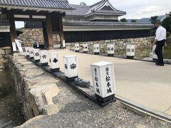 松本城入り口  歴代城主の名前が灯籠になっている。