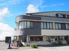 和田峠茶屋。  「和田峠農の駅」改め現在は「和田峠茶屋」として営業中。 https://www.nagawa.info/member/926/  道の駅から20分くらいの距離です。こちらをハイキングの拠点にすることもできますが、駐車場が狭いので混雑時は停められるまでかなり待つことになると思います。道の駅も入庫待ちすることもありますが、台数が多いので回転は早いんですよね。