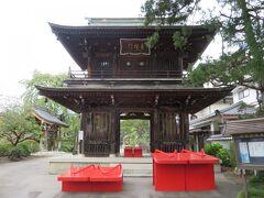 続いて東光寺へ 山門前にある仁王様の大下駄、これを履くと願いが叶うそうなので 主人に履いてもらいました(笑) 裏側にステップ台があり小さな子でも上れるようになっています
