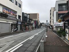 成田駅で降り、表参道をぶらぶら。 まだ、9時過ぎなので、人通りは少ない。