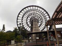 道の駅おばあちゃん市・山岡 面白い名だと思って、立ち寄ってみました。 大きな水車です。