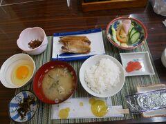 朝は6:30から朝食。 お魚はほっけ。 茎わかめの佃煮もおかみさんの手作り。 ごま油がきいていて美味しい。  この旅行記は↓ https://4travel.jp/travelogue/11709953 の続き。