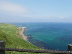 で、再び車に乗ってやってきたのは近くのトド島展望台。 海がエメラルドグリーン! 綺麗。