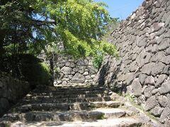 翌日。 いいかげん、主要観光名所『松坂城跡』にも行ってみます。 今日も死ぬほど暑く、既に下着まで汗だくです。