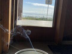 野付半島ネイチャーセンターには蚊取り線香が所々置いてあります。別海の牛乳で一息いれて散策に出発です。