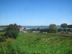 堤防を越えて渡良瀬遊水地に行きます 三県境から進んで行くとちょうど遊水地の中央エントランスの辺りに着きますが、この地域は栃木市藤岡町下宮になるようです(調整池の大部分は群馬県板倉町だそうですが)