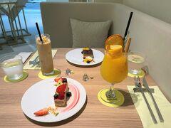 東京・表参道【HELICAL CHORD JEWELRY&CAFE】  【ヘリカルコード ジュエリーアンドカフェ】でいただいたものの 写真。  オシャレな感じのものがやってきました。  フランス・パリの「DEGRENNE(ドグレーヌ)」の カトラリーもステキ♪  〇 オリジナルノンアルコールカクテル 950円(税込) うまー☆  搾りたてのオレンジジュースをベースに、エルダーフラワーの 甘い香りが広がるやさしい味のノンアルコールカクテルです。 繊細でありながらも、しっかりした輪郭のある味わいに仕上げました。  〇 アイスキャラメルラテ 750円(税込) こちらもおいしいです☆