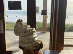 コーンが黒糖味で、ソフトクリームはあっさりした、牛乳の味が口中に広がります。何時間でも座っていられる場所です。