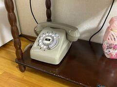 くたくたになってホテルに向かいます。ダイヤル式の電話がかわいい。