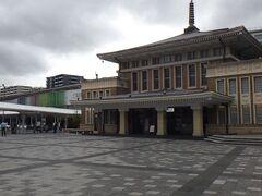JR奈良駅 味のある旧駅舎の奥に、味の無い新駅舎。