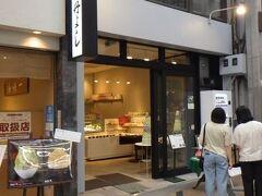 銀杏や 店に入るとテイクアウトの洋菓子を販売し、奥がカフェになっている。