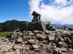 山頂の根子岳神社。 その先には日本百名山の四阿山が見えます。