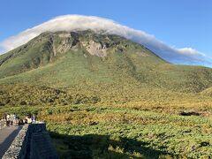 雲の帽子がぐるぐると羅臼岳を! 不思議な光景でした。