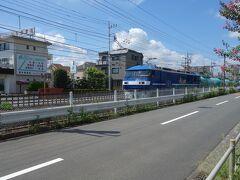 青梅鉄道公園へ向かう途中、線路脇を自転車で走っているとJR貨物EF210形電気機関車桃太郎が走ってきました。
