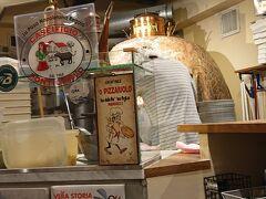 結局温泉を優先し、夕食はテイクアウトでピッツァとたこ焼きと相成った。  以前も利用した、ラ ピッツァ ナポレターナ レガロ。  ナポリで開催されたピザの世界大会で2位になったとかいう人気のピッツァ店。 オーダーして提供されるまで5分とかからない。