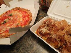 今宵は大阪らしく粉モンで。 冷蔵庫にビールを冷やしておいたことは言うまでもない。  ん?ピザは粉モンの範疇に入らないのかな?  たこ焼きは多幸屋という店の物。なかなか美味しかった。