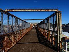 そして北に延びる跨線橋。 長いです