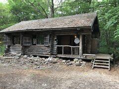 次は丸太小屋。特番で火事で消失した設定になっていましたが、ちゃんと残っています。25年ぐらい前に来たときは、ここまでで石の家はありませんでした