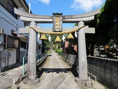 駅から国道に沿って歩くこと約30分。 うどん屋さんの角を曲がると、久山年神社の一の鳥居です。