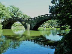 諫早公園の眼鏡橋へ。 実は長崎市内だけでなく、諫早市にも眼鏡橋があり、こちらは公園に移設されています。 お天気がよかったので、眼鏡に見えますね!