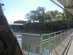 駅の横は 堀です。