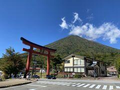 二荒山神社の鳥居と男体山。