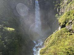 そしてやってきました。 35年ぶりの華厳の滝。 滝から展望台までは結構離れていましたが、滝からのしぶきがすごい!! しぶきが太陽に反射してしまいましたが、迫力は十分感じられました。
